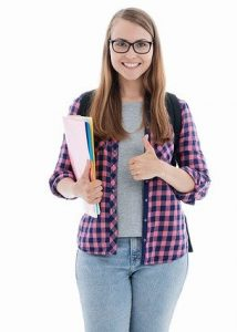 Junge Frau mit Brille und Papieren unter dem rechten Arm hält den linken Daumen hoch.
